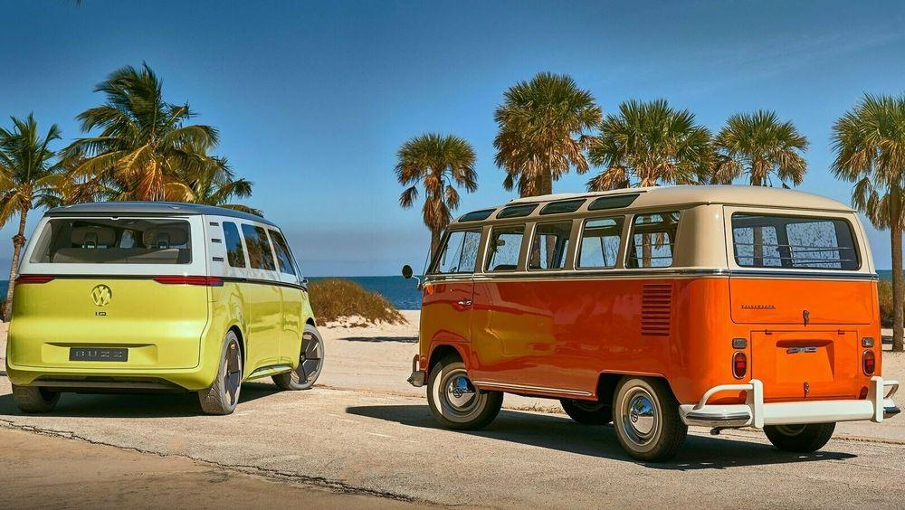 Volkswagens ID Buzz-konsept slik den ble presentert i 2017 sammen med den ikoniske folkevognbussen.