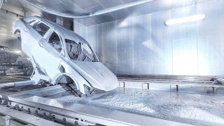 En Audi E-Tron blir malt ved fabrikken i Brussel.