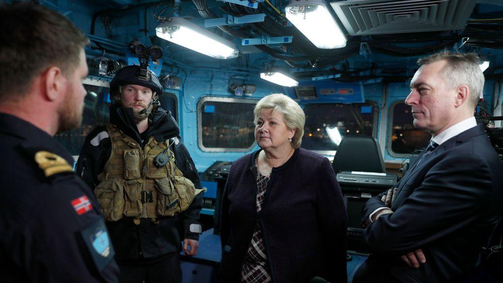 Statsminister Erna Solberg og forsvarsminister Frank Bakke-Jensen på et besøk om bord på fregatten «Otto Sverdrup» tidligere i år.