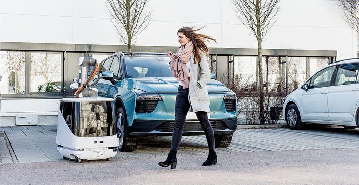 Roboten oppsøker bilen, og setter den til lading. Når den er ferdig går den tilbake til en dokkingstasjon.