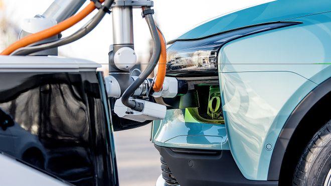 Denne autonome laderoboten finner bilen din og hurtiglader den