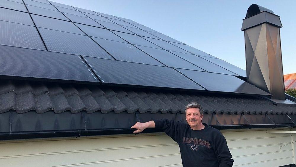 Slik har strømproduksjonenpå taket til Knut Loddengaard vært siden han installerte solcellepanelene i oktober.  – Panelene har en makseffekt på14,4 KW, men nå produserer vi 103 prosent, sier Loddengaard.