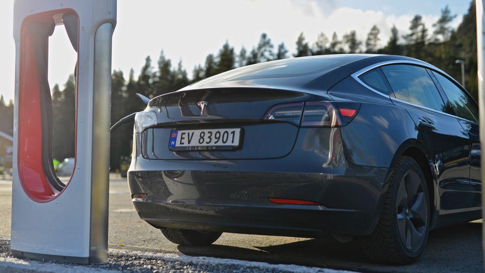 Nye beregninger fra selskapet DNV GL viser at elbiler har blitt billigere i hele verden på grunn av salget i Norge. Det har bidratt til store utslippskutt.