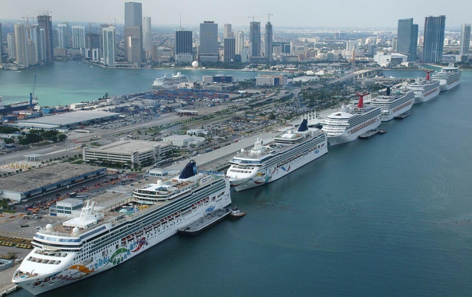 Cruiseterminal i Miami - før koronautbruddet tvang flere til kai og ulike typer opplag.