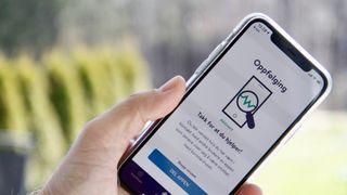 Smittestopp-appen vises på skjermen til en mobiltelefon.