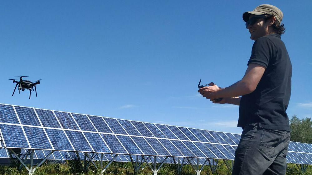 Tor Atle Solend navigerer en drone med stødig hånd, under en av testene.