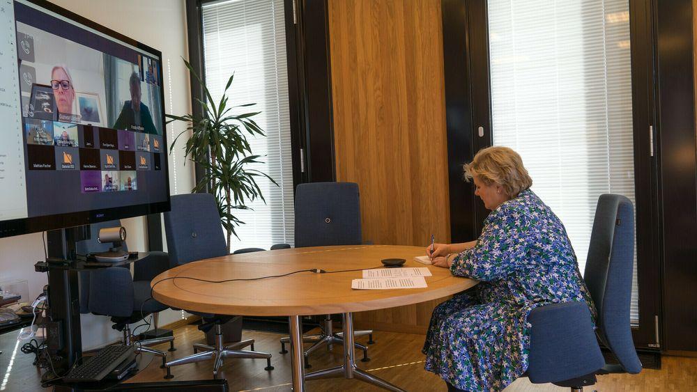 Erna Solberg hadde i kveld et innspillsmøte med norske industri- og energiselskaper. På bildet snakker hun med konsernsjef i Ulstein, Gunvor Ulstein.