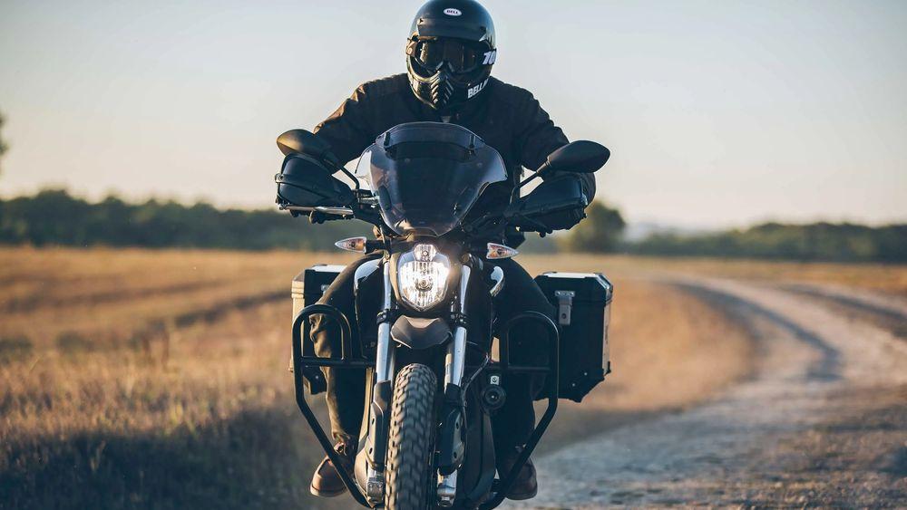 Amerikanske Zero motorcycles har vært på markedet i 14 år, men produksjonen er fortsatt lav. Modellen på bildet har en batteripakke på 14.4 kWh som gir en maksimal rekkevidde på 253 km. Det forutsetter lave hastigheter.