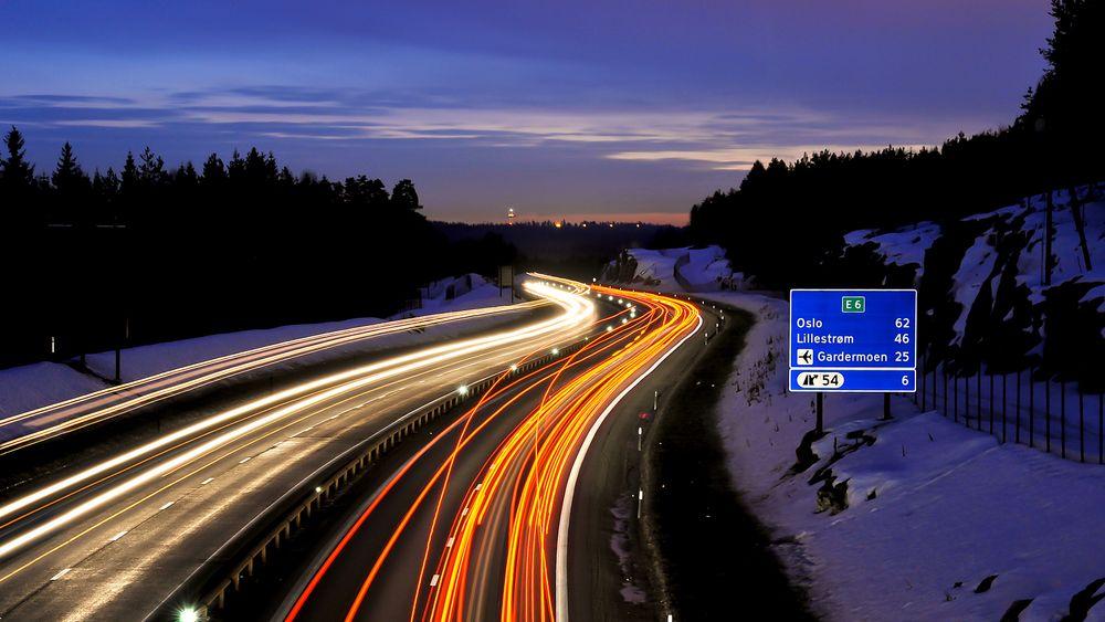 Sikkerhet: Bruk av LED-lys på motorveien fra Minnesund og nordover er et av mange tiltak som er ment å gi bedre sikkerhet. Mer sensorikk kan gi vegvesenet data for et mer prediktivt vedlikehold.