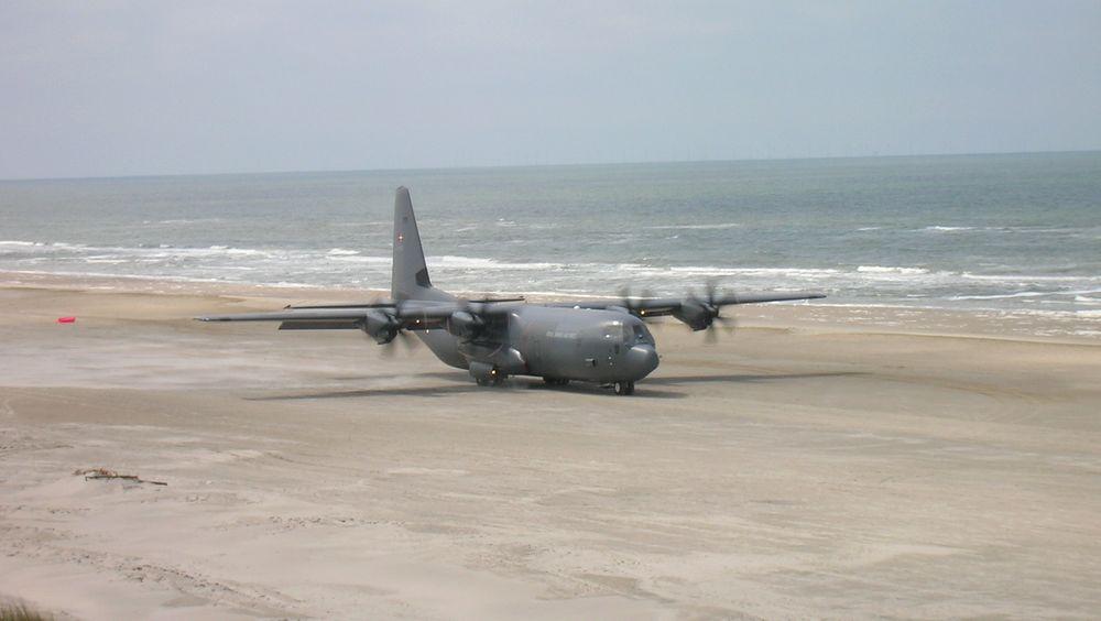 Dansk C-130J Hercules på Vejers strand, sørvest på Jylland.