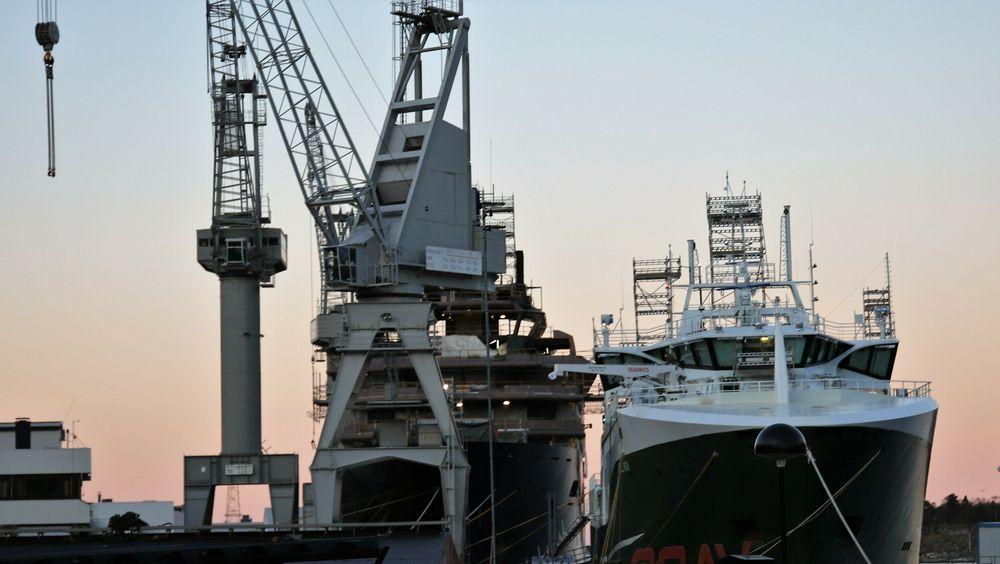 Vard Brattvaag med REV Ocean og en fiskebåt ved kai.