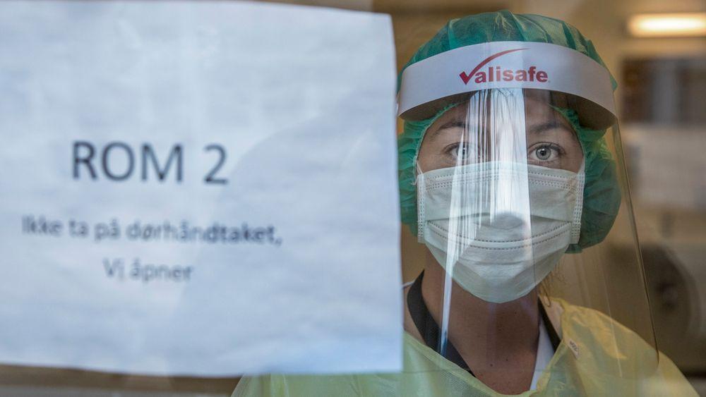 Ullevål sykehus tester rundt 300 helsearbeidere hver dag. De har opprettet et testsenter og callsenter på sykehusområdet. Vilde Vik står i testrommet og er klar til å teste helsepersonell.