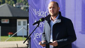 Samferdselsminister Jon Georg Dale snakker om togsatsingen på åpningsarrangementet for Farriseidet - Porsgrunn.