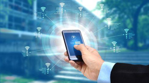Illustrasjonsbilde av en mobil som søker etter wifi-signaler.