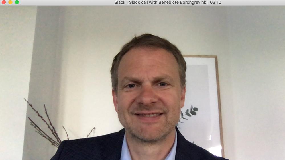 Med denne ryddige bakgrunnen foretar HR-direktør i IBM Norge, Jørgen Magnussen, jobbintervjuer over videosamtale.