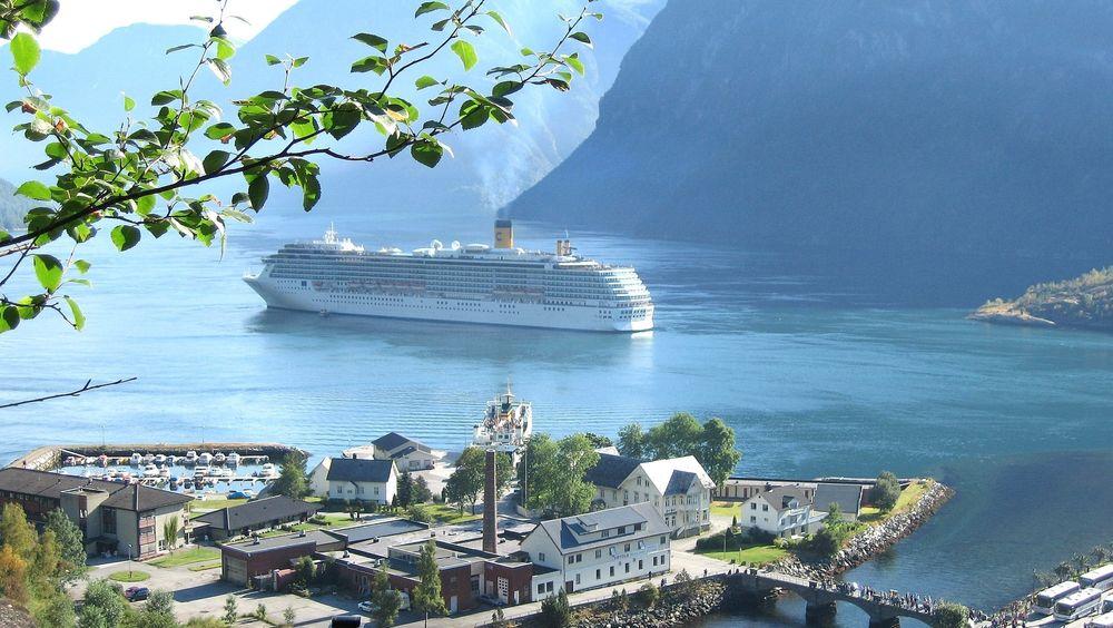 Et cruiseskip fra Costa Cruises utenfor Hellesylt i Geirangerfjorden. I 2026 kan det være slutt på så store skip i fjordene på  UNESCOs  verdensarvliste.