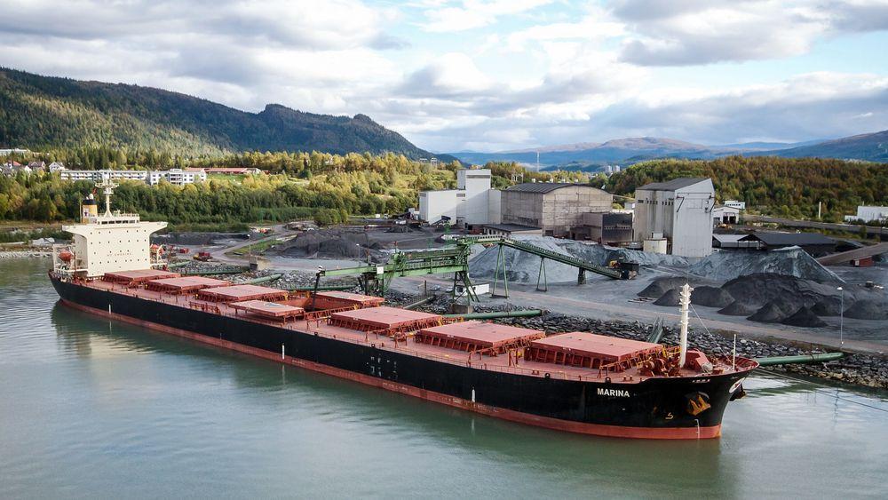 Rett i båten: En av Rana Grubers store fordeler er at det er tre mil fra gruva til kai, og tre dagers seiling til markedet i Europa