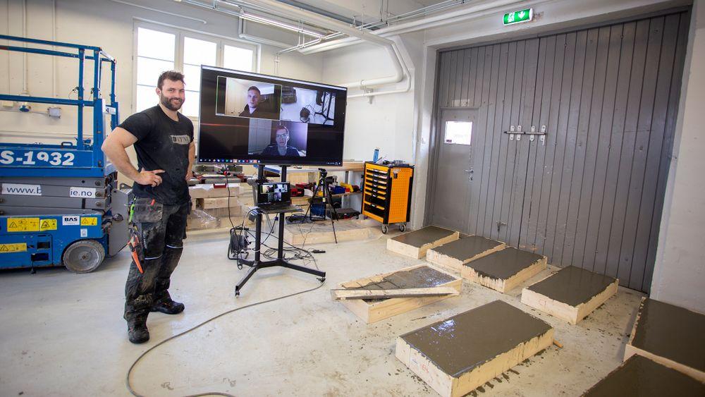 Skype-lab: Når universitetene er korona-stengte, må de tenke nytt. Ved NTNU Gjøvik utfører avdelingsingeniør Tor Kristoffer Klethagen labtester for avgangsstudentene Håvard Svingen og Dmitry Muratshin, mens de følger med via Skype hjemmefra.