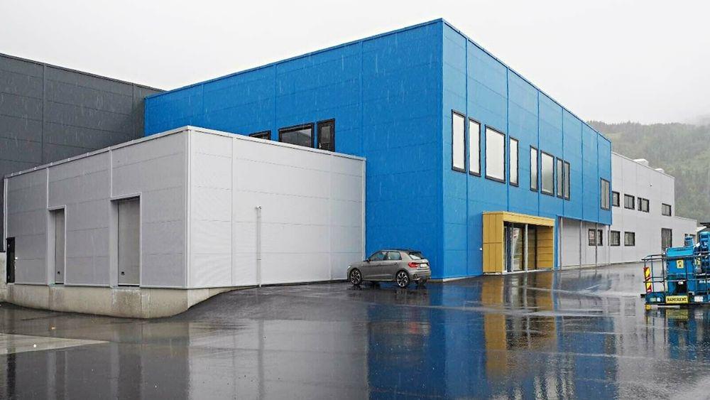 Isfjord Norways fiskeforedlingsfabrikk (midt i bildet) på Orkanger er nå i full drift. Byggherren har påberopt mangler ved ventilasjons- og kjøleanlegget og sendt erstatningskrav til Comfort Teknikk, som installerte anlegget.