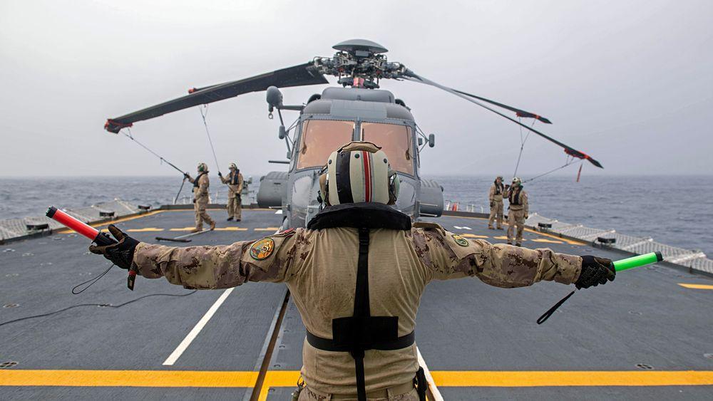 CH-148 Cyclone-helikopter på dekket på den kanadiske fregattenHMCSFredericton tidligere i 2020.