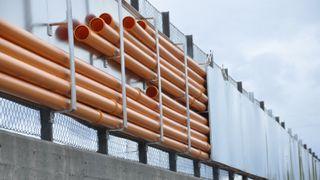 Byggeplassen var så trang at de ikke fikk gravd ned kablene til veilys – Løsningen halverte kostnadene