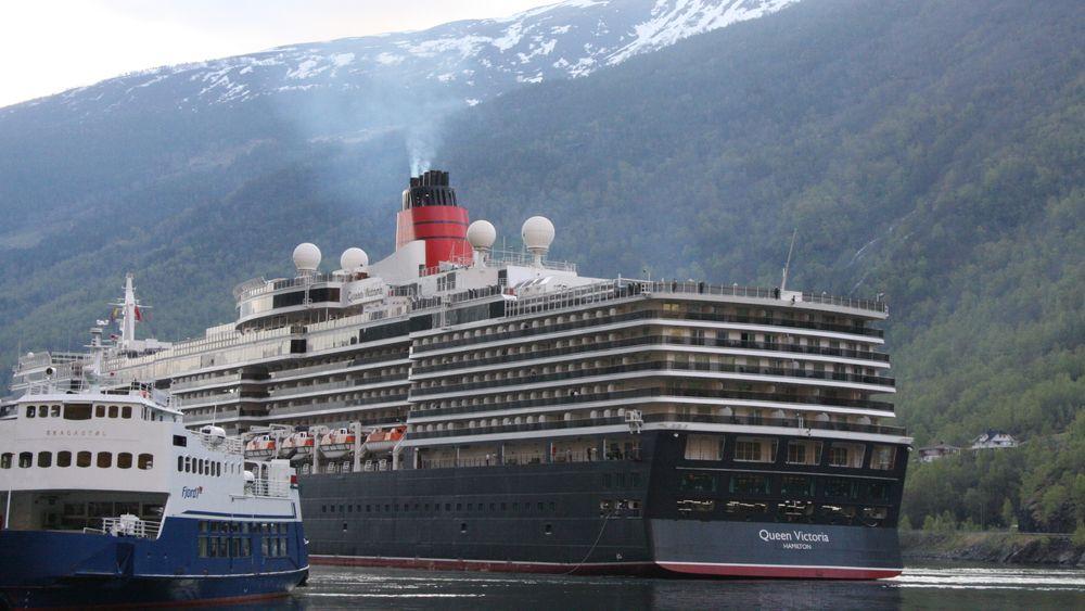 Queen Victoria på veg til kai i Flåm. Ein kan ikkje forventa at cruiseindustrien vil utvikla nullutsleppsteknologi dersom det kravet berre vert fastsett for 2-3 hamner i verdsarvfjordane, skriv ordføraren i Aurland.