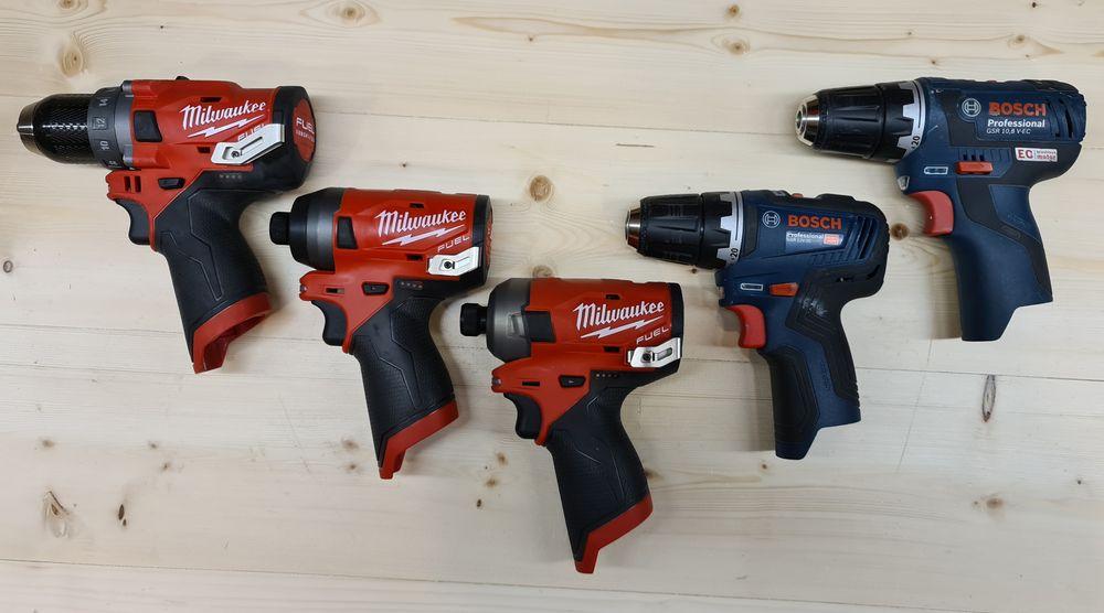 Dette er modellene som er testet. Fra høyre: Bosch  10.8V-EC (referanse), Bosch 12-35, Milwaukee M12 FDD, Milwaukee M12 FQID og Milwaukee M12 FID