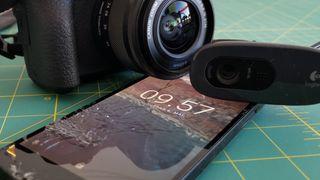Både systemkameraet og den gamle smartmobilen med sprukken skjerm kan erstatte webkameraet.