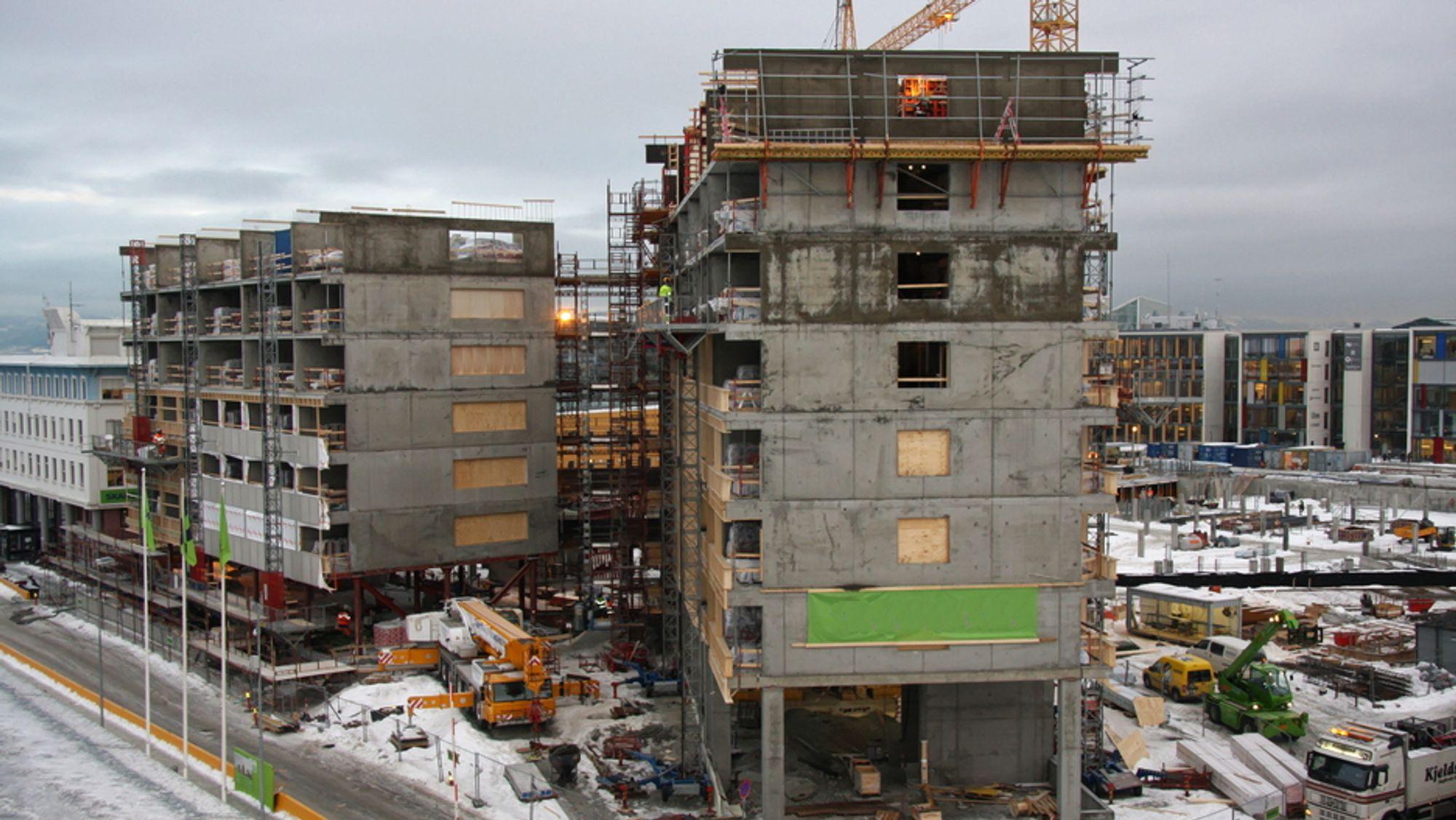 Byggenæringen bruker mye betong som er laget for å motstå langt mer fuktighet enn byggene blir utsatt for. Det gir økte utslipp og også økte kostnader. Her et arkivbilde fra byggingen av et hotell i Trondheim.