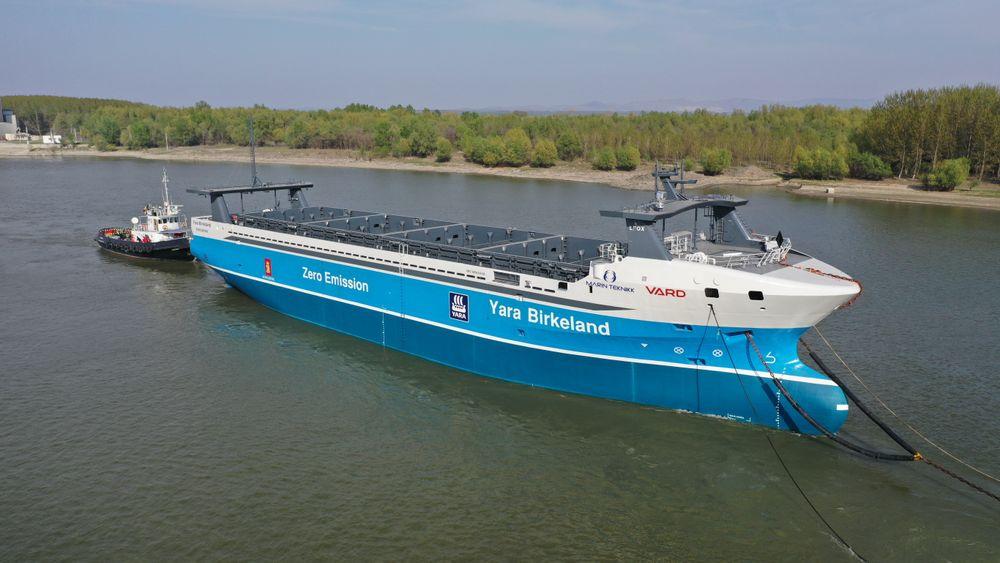 Yara Birkeland ble tauet fra Romania til Norge i mai. Montering av Kongsberg Maritimes autonomiutstyr er foreløpig utsatt på ubestemt tid.