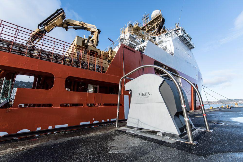 Bergen Havn og strømselskapet BKK har sammen dannet selskapet Plug, som står for landstrømutbygging. Bergen har 15 punkter for lavspent, men trenger flere. Landstrømanlegg fra Zinus montert på kaia.