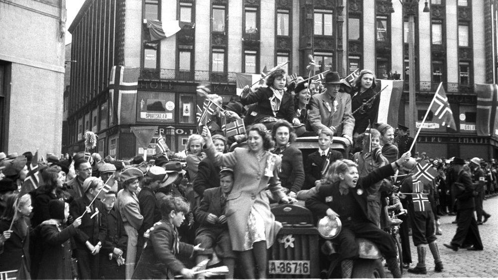 Frigjøringsdagen 8. mai 1945, jubel på Karl Johans gate. Samme dag ble Arne Solem gjeninnsatt som redaktør i Teknisk Ukeblad.