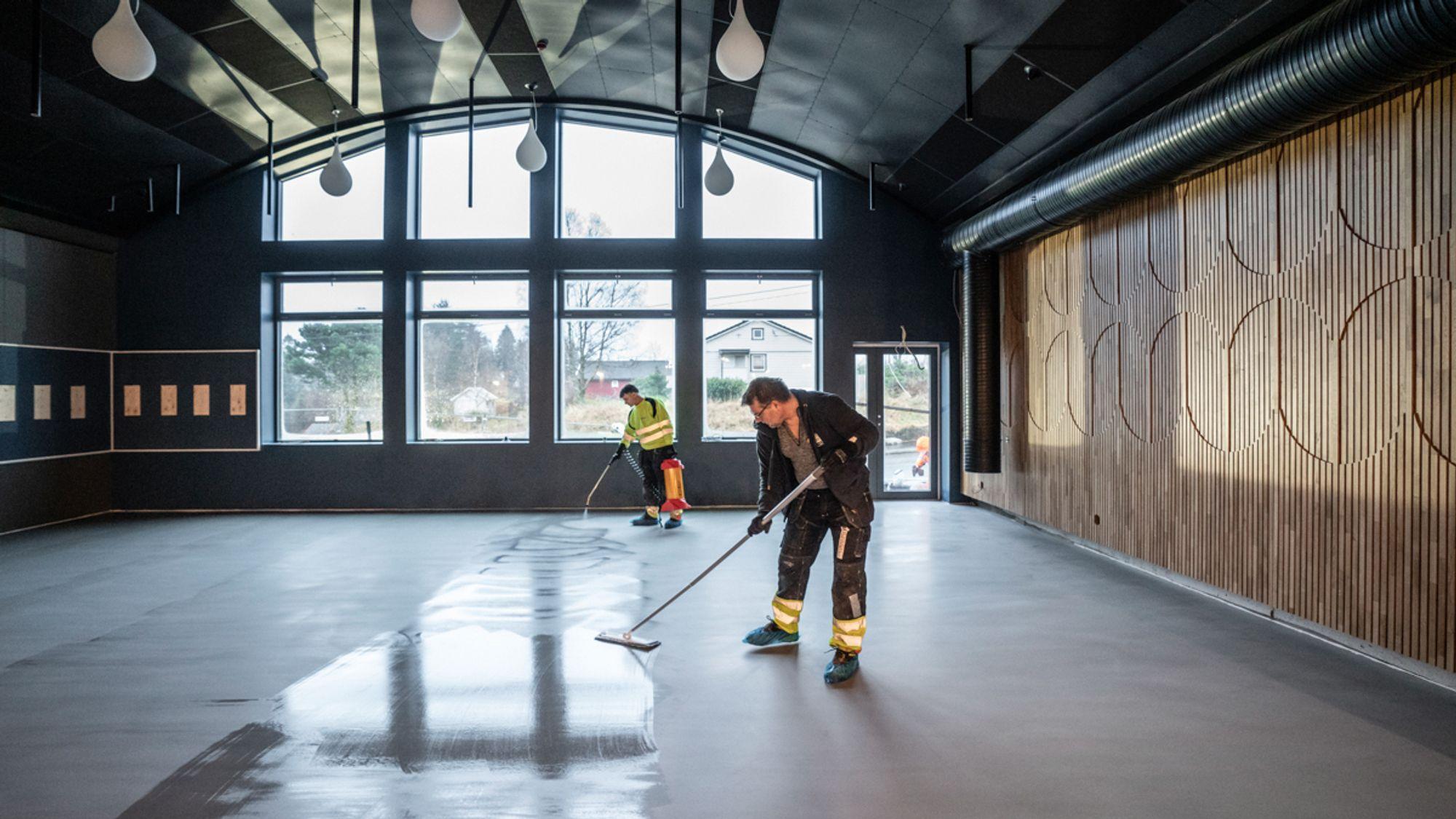 På Frekhaug i Meland kommune ble et gammelt meieri til nytt ungdomshus. Her legger gulventreprenør  Hummervoll industribelegg epoxy oppå Weber Designgulv.