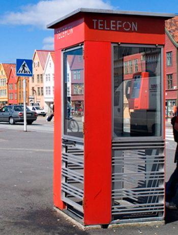 Telefonkiosken 75 år - nå er den fredet. Telefonkiosken ble tegnet av Arkitekt Georg Fredrik Fasting etter en konkurranse utlyst av Telegrafvesenet 5. mai 1932.