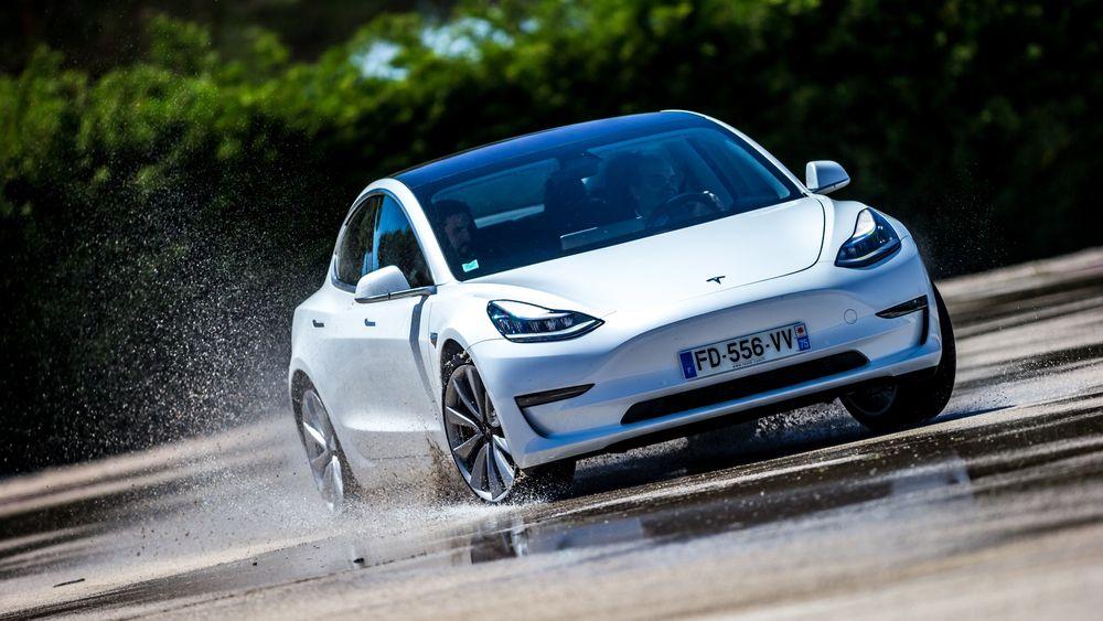 Bilsalget falt betydelig i Europa i april, men elbilandelen ble historisk høy. Tesla er blant vinnerne i andeler.