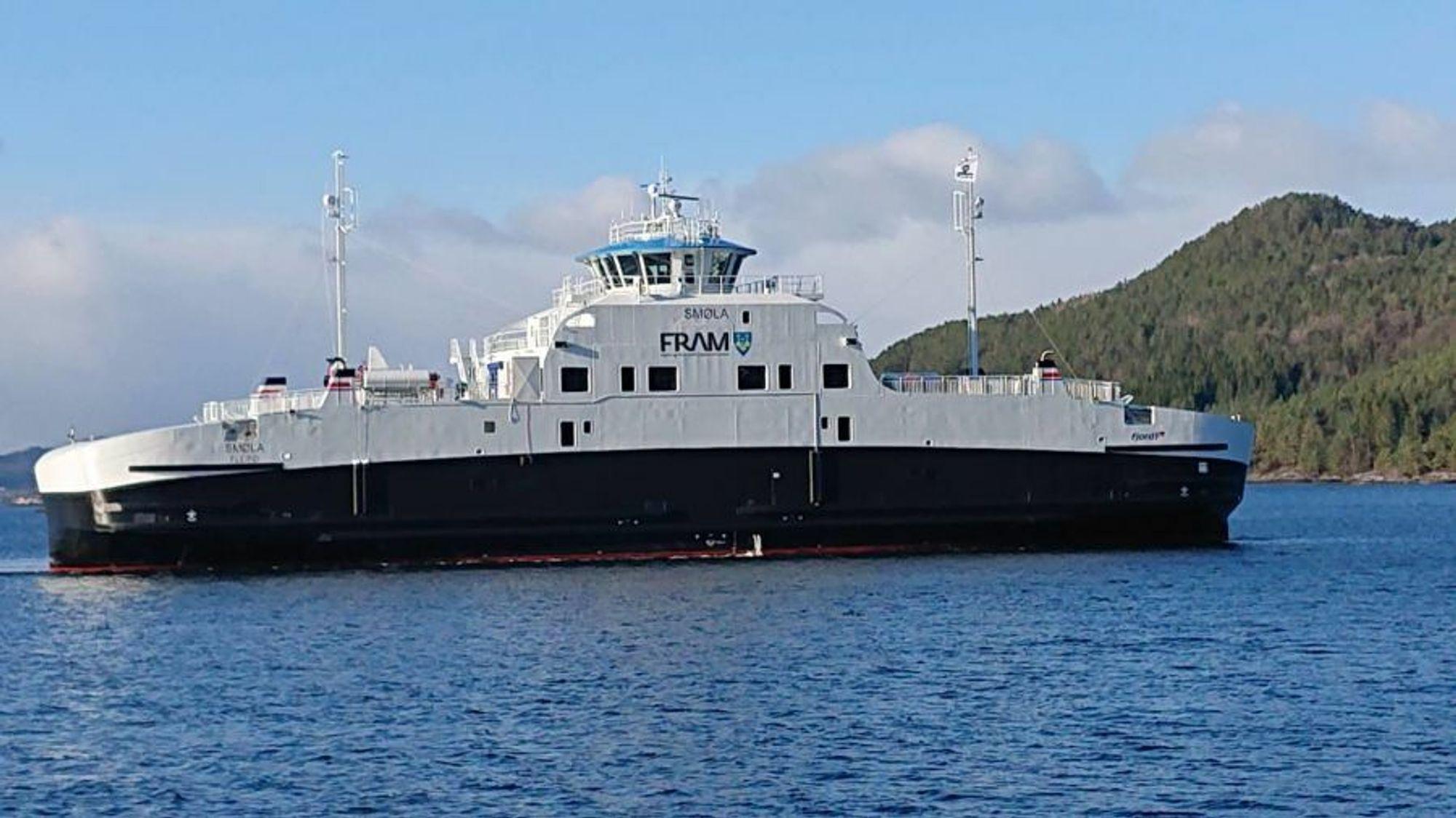 Bildet viser passasjerfergen Smøla, som ligger til kai i Sandvika. Fergen er helt ny, og skal etter planen settes i trafikk av Fjord 1 nå.