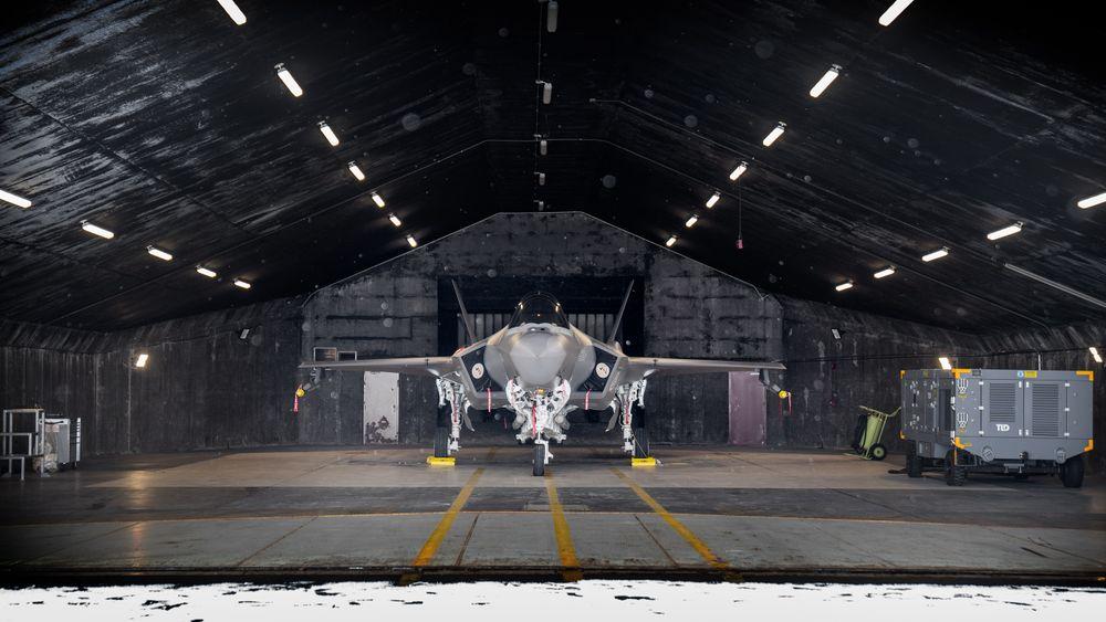 Norsk F-35A i et shelter på Keflavik i forbindelse med Nato-oppdraget i vinter.