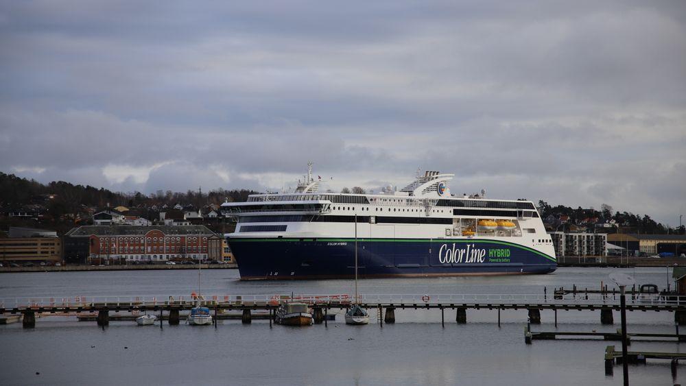Stortinget har pålagt regjeringen å gi norske rederier indirekte krisehjelp ved å gjøre det gunstigere å investere i nye skip. Men Finansdepartementet sa nei. Her illustrert ved Color Hybrid til kai i Sandefjord.