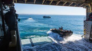 Marinekorpset skal kjøre i land med mer slagkraft: Amfibiske kampvogner får fjernstyrte kanontårn fra Kongsberg