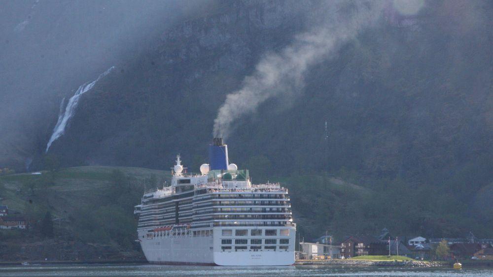 P&O-cruiseskipet Arcadia i Flåm. Bygget i 2003, passasjerkapasitet på ca. 2.000 og mannskap på 900. Skipet har seks Wärtsilä dieselmotorer med samlet effekt på 51.8 MW.