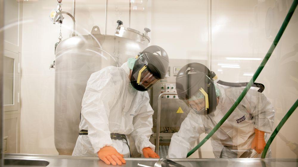Erfarne operatører: Beskyttelse av de ansatte er viktig når de håndterer svært potente råvarer til produksjon av legemidler.