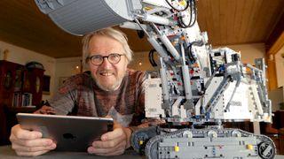 Dag (67) bygget en elektrisk gravemaskin med Lego