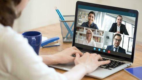Kvinne foran digitalt møte med fire personer på laptopskjermen.