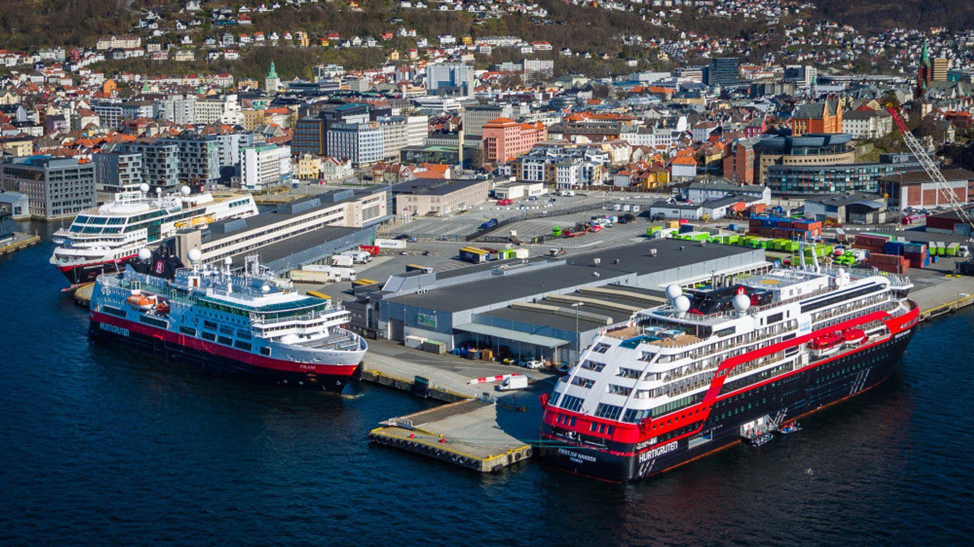 Korona-opplag. MS Midnatsol (fra venstre), MS Fram og MS Fridtjof Nansen ved kai i Bergen i april.