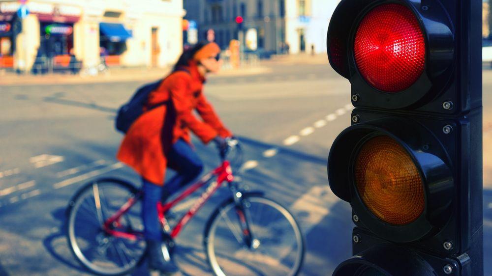 Hvordan sørge for at ikke biltrafikken kveler bysentrum når samfunnene åpner opp etter korona, samtidig som kollektivtransporten ikke kan frakte like mange passasjerer? En rekke byer prioriterer nå syklister og gående framfor bilene.