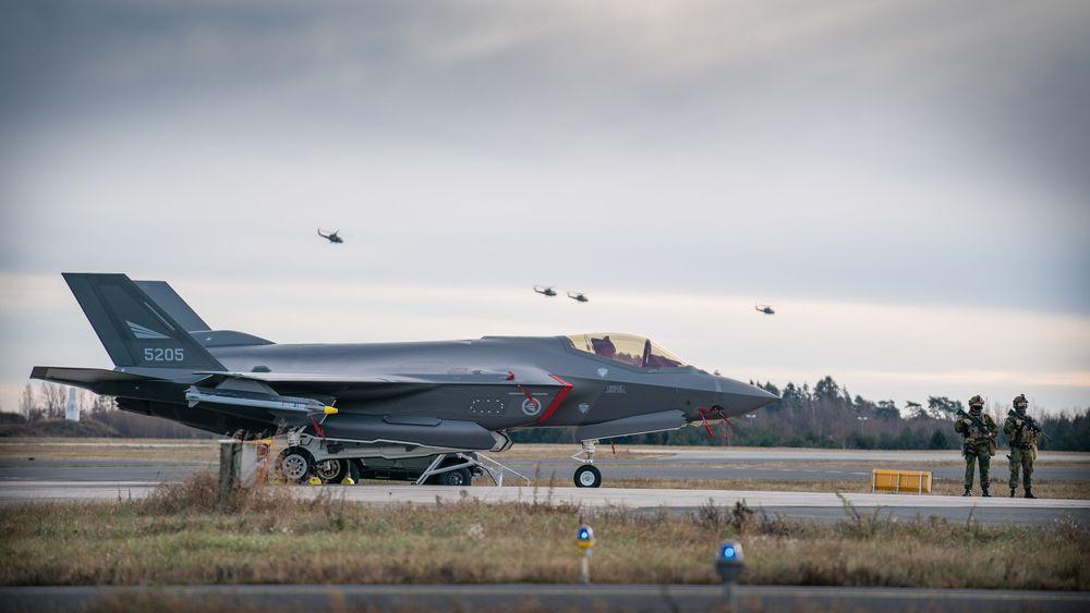 F-35A og Bell 412 på Rygge i forbindelse med at Luftforsvaret erklærte seg initielt operative med de nye kampflyene i november 2019.