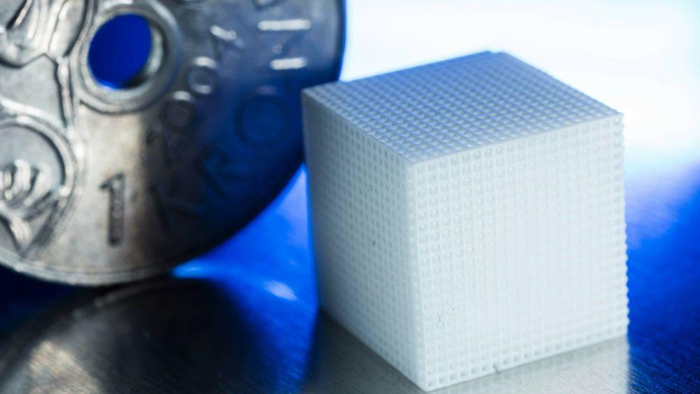 De arbeider med små enheter – kuben på bildet er ikke den som er utviklet i prosjektet, men et eksempel for å vise størrelsene som det arbeides med.