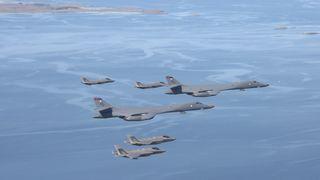 Bærer mer bomber enn B-52: Her er norske F-35A på luftetur med B-1B Lancer