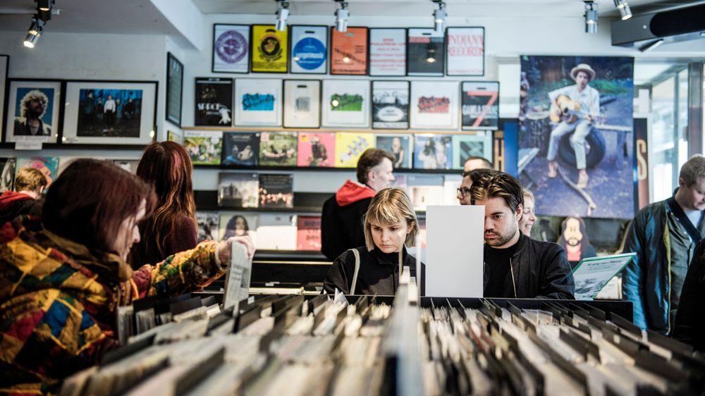 I Norge har strømmetjenestene tatt 90 prosent av musikkmarkedet, men salget av vinylplater rundt i verden øker fortsatt.