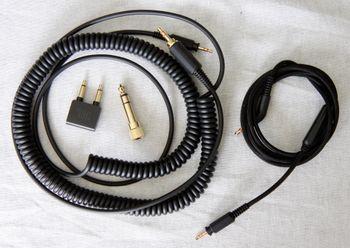Du får med kabler i to ulike lengder, samt et par adaptere.